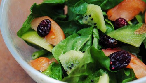 Kiwi i en salat