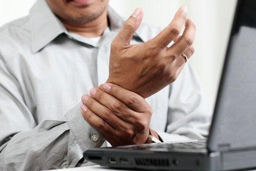 Du kan lindre karpaltunnelsyndrom som ofte opstår hos folk der arbejder meget ved computer