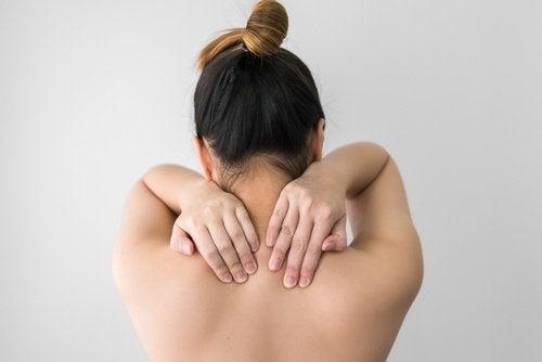 Kvinde med muskelspaendinger i nakken - fordele ved majssilke