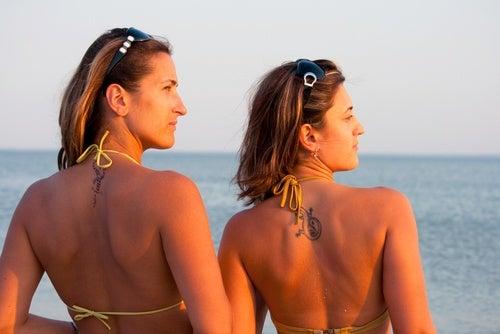 To kvinder i bikini i solen