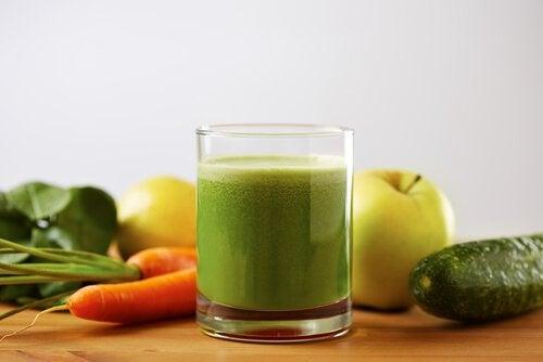 Tomat agurk og gulerod juice