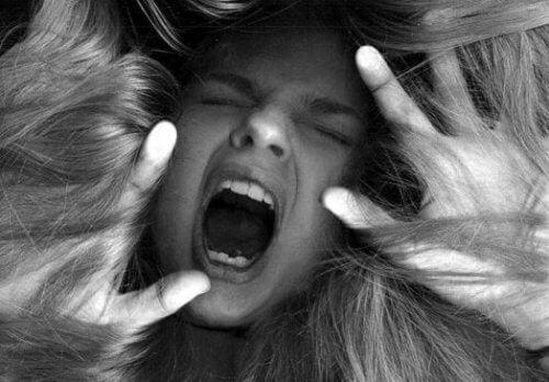 Kvinde der skriger