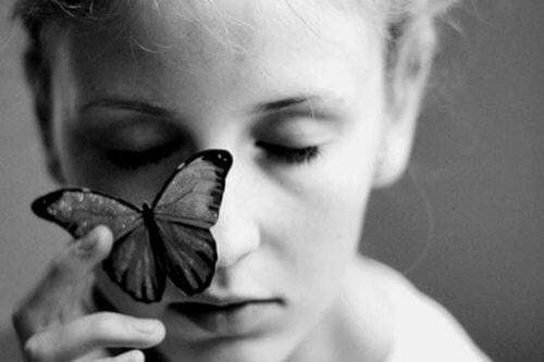 3-kvinde-med-sommerfugl