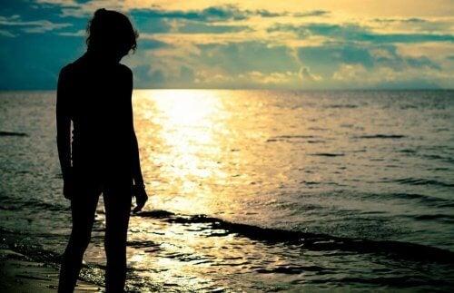 Person der staar ved vandet