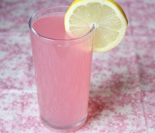 vand med citron og pink himalya salt