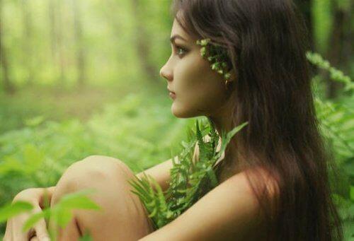 Kvinde der sidder i skoven