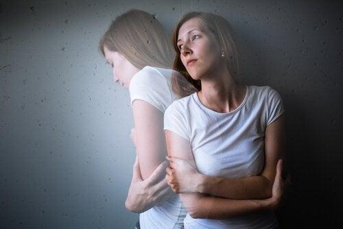 Kvinde og en skygge af sig selv
