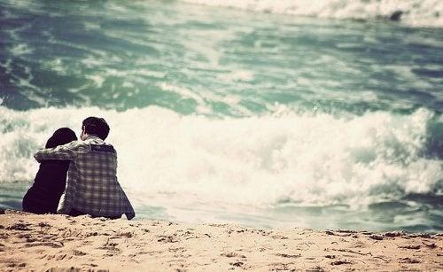 To personer paa stranden