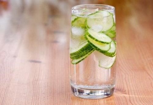 Glas med agurkvand