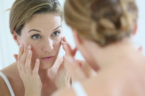 Kvinde der kigger sig selv i spejlet