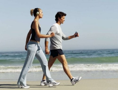 To personer der gaar en tur paa stranden