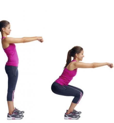 Kvinde der laver squat