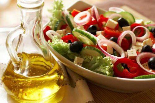 En tallerken med salat