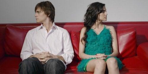 Par der sidder ved siden af hinanden men kigger hver sin vej