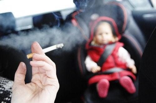 Uansvarlig forælder der ryger foran sin baby