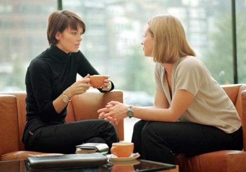Kvinder der snakker sammen