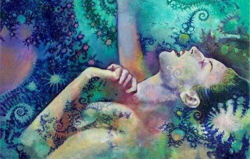 Ung kvinde der ligger ned