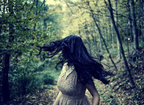 Kvinde der gaar tur i skoven