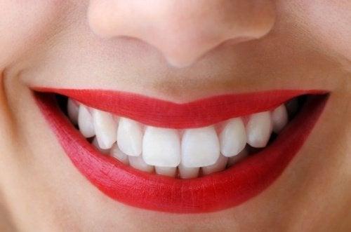 9 gode råd til naturlig og effektiv tandsundhed