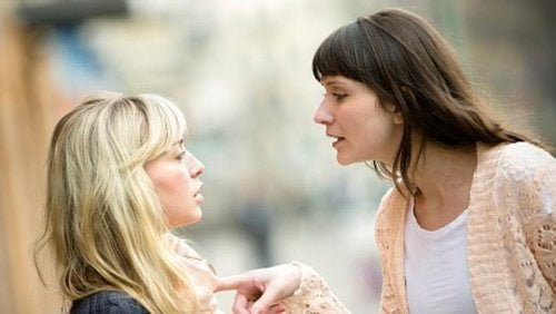 Kvinde der manipulerer en anden