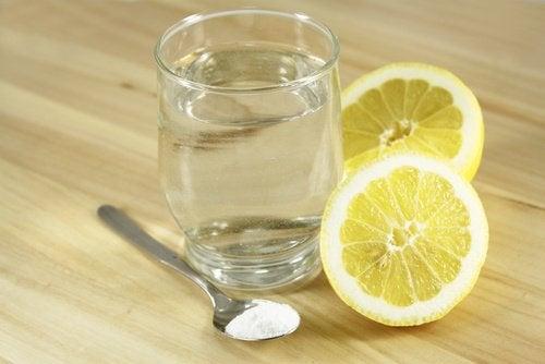 Citron, natron og vand