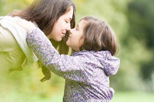 Mor der skal til at kysse sin pige
