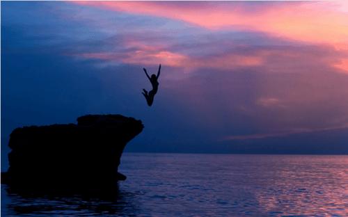 Kvinde der springer fra en klippe - frygtloest liv
