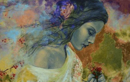 Ung kvinde der kigger ned paa en blomst