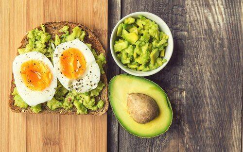 Avocado og æg på toast