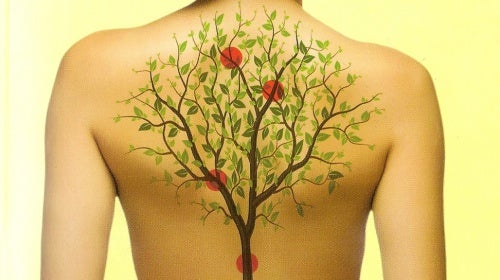 Kvinde med trae paa ryggen