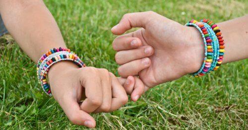 To personer der holder hinandens lillefinger