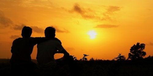 To personer der kigger paa solnedgangen