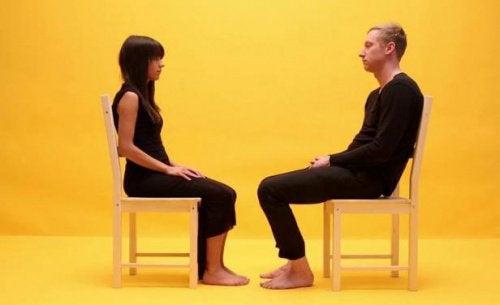 Par der sidder og kigger paa hinanden
