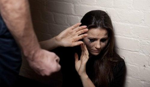 7 tidlige tegn på et voldeligt forhold