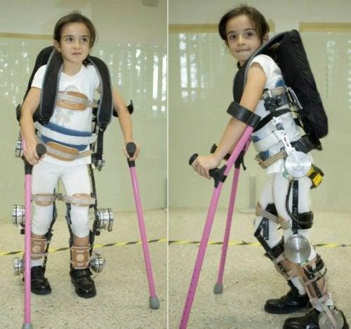 Lille pige med exoskelet