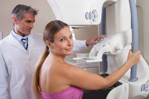 Kvinde der faar foretaget et mammogram