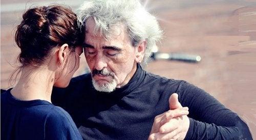 Aeldre mand der danser med en yngre kvinde