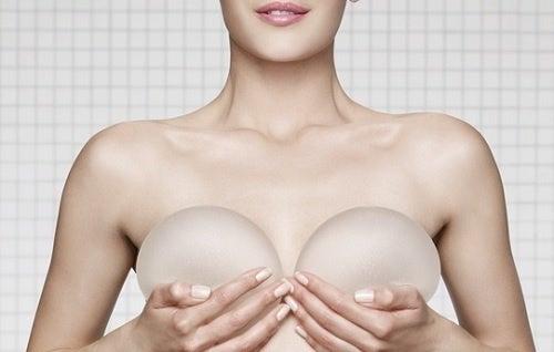 Kvinde med silikone implentater