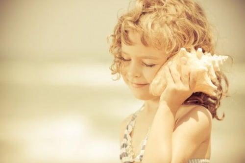 Barn der lytter til konkylie