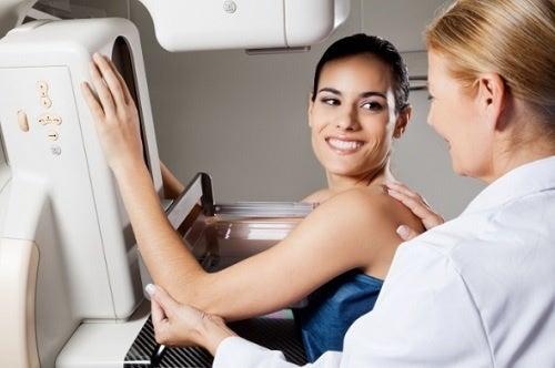 Kvinde faar foretaget mammografi