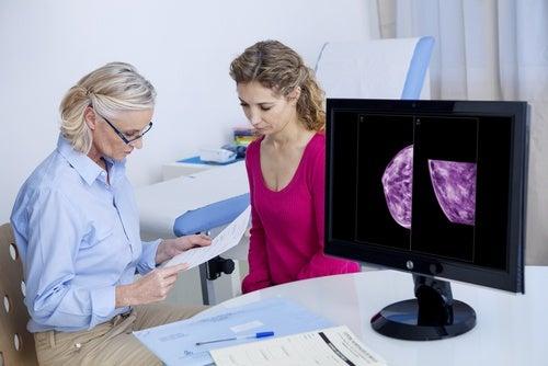 Kvinde er hos laegen og ser paa et mammogram