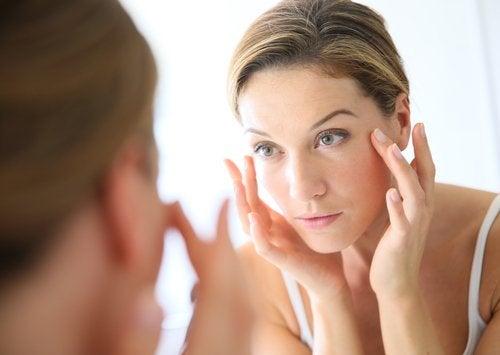 Kvinde der ser sig selv i spejlet