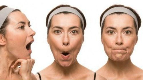Kvinde der laver grimasser