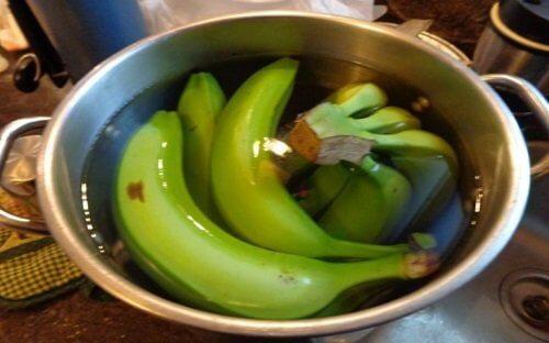 Groenne bananer i en skaal vand
