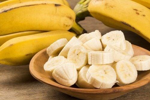 Skiveskaarede bananer i en skaal