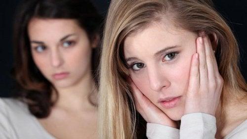 Ung kvinde der stirrer paa en anden kvinde