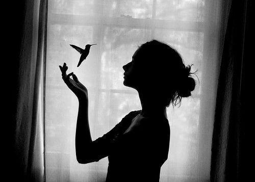 Ung kvinde og en fugl