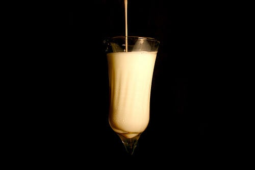 Et godt glas mælk med honning gør godt for kroppen