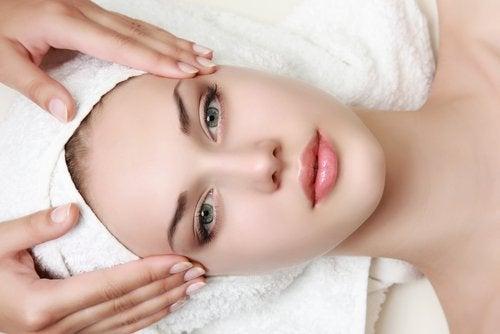 Kvinde der faar ansigtsmassage