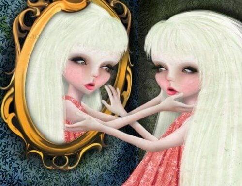 Pige der ser sig selv i spejlet
